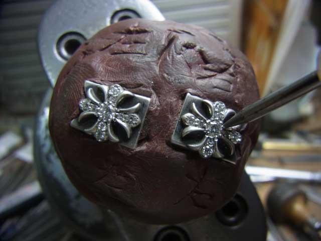 ナナコタガネで爪を丸めて固定します。