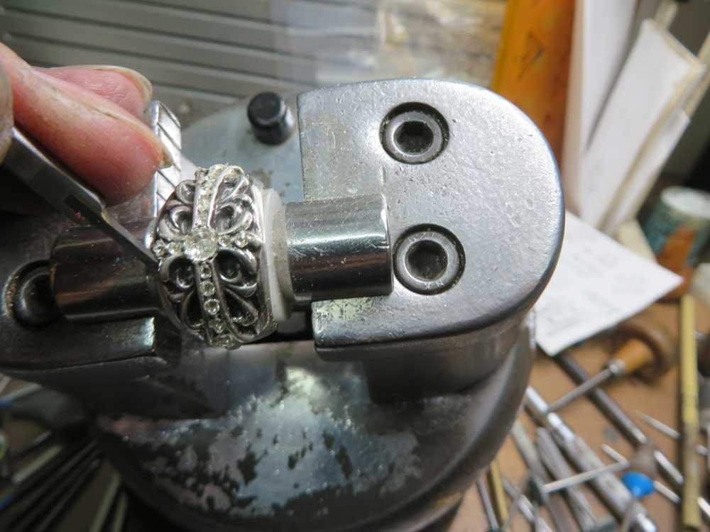 タガネで枠を作ります。