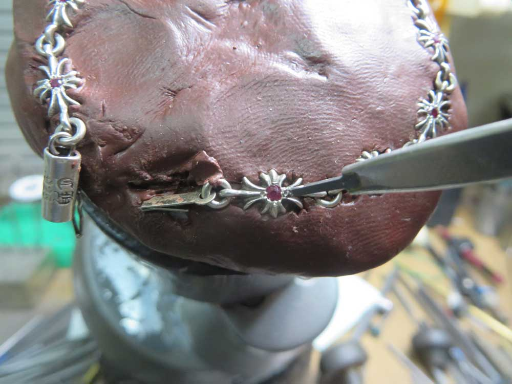 タガネで爪を作って固定します。