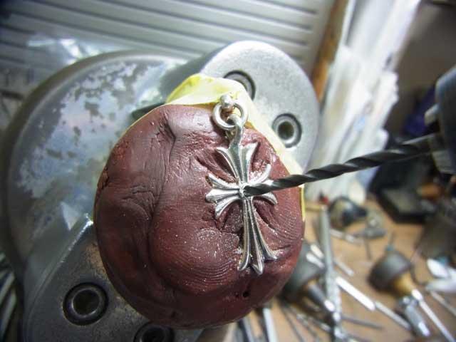 サファイヤと同じ直径のドリルで削ります。