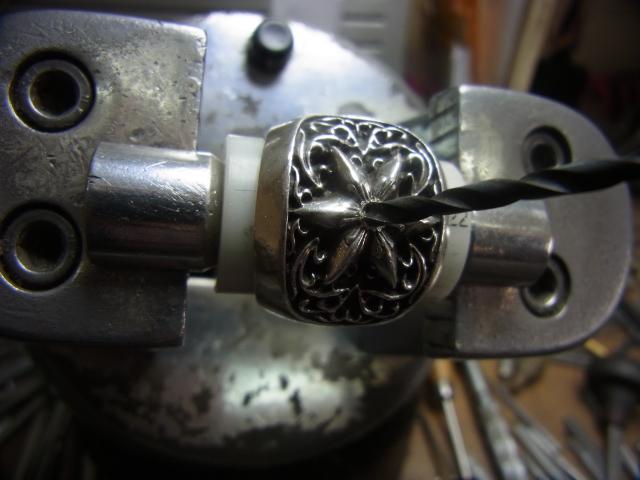 ダイヤと同じ直径のドリルで削ります