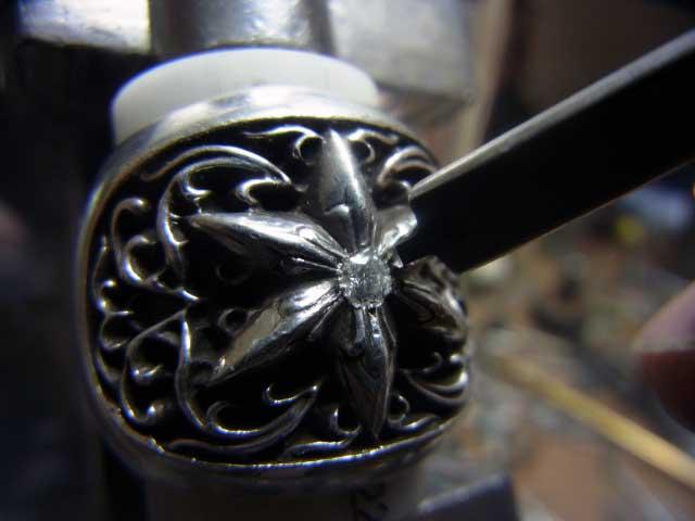 タガネで彫って爪を作ります