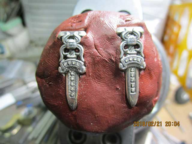 彫刻台に固定して、貫通しないように下穴を開けます