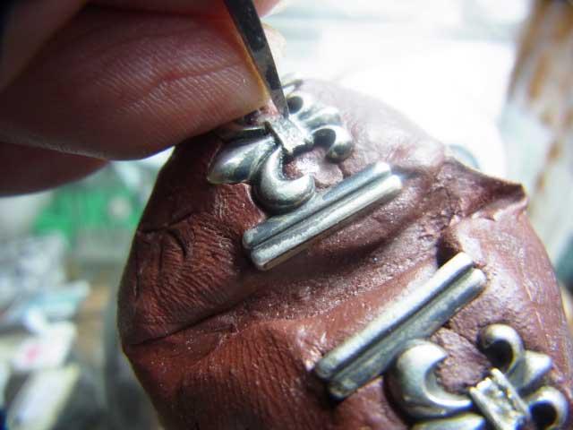 ダイヤを乗せてタガネで固定します