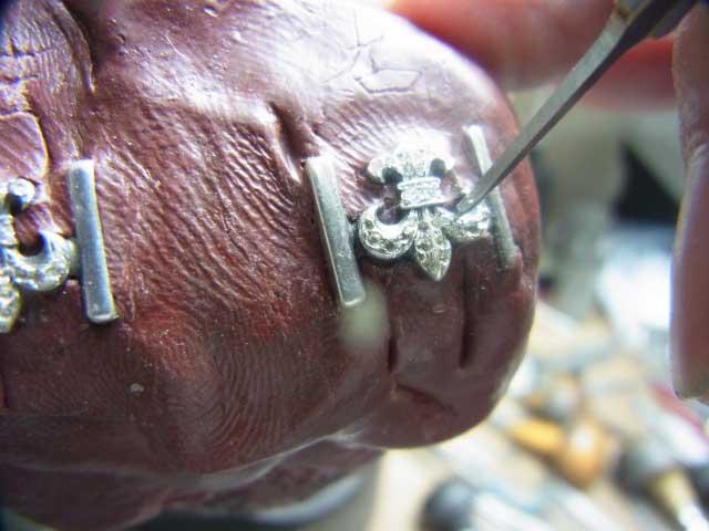 毛彫りタガネで爪を作ります