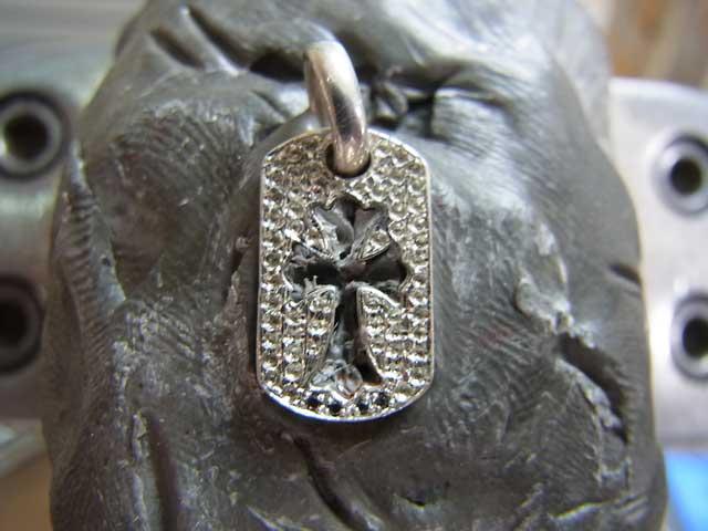 タガネでブラックダイヤを留めていきます