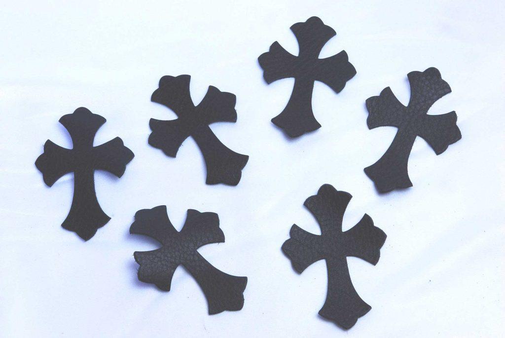 ウォレットと似た風合いの革でクロスパッチを作ります。