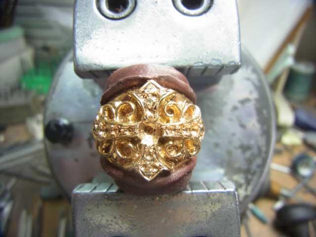 ダイヤが入る部分を加工します。