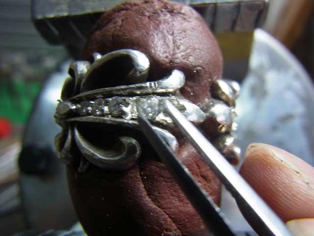 ピンセットでダイヤを乗せます。