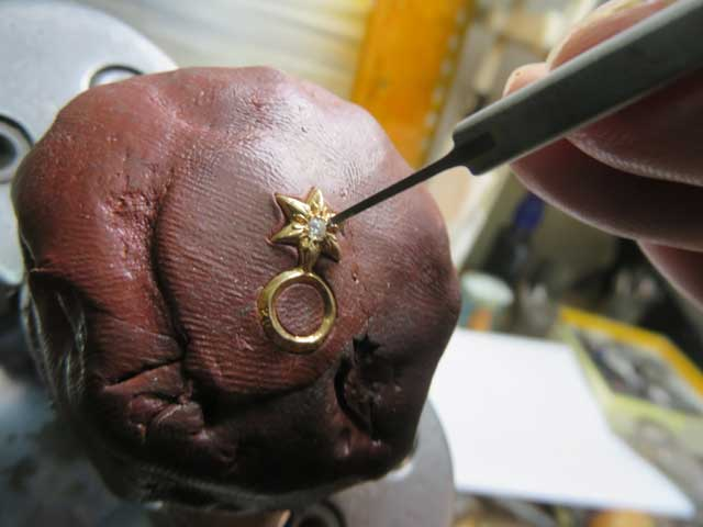 タガネで彫って爪を作ります。