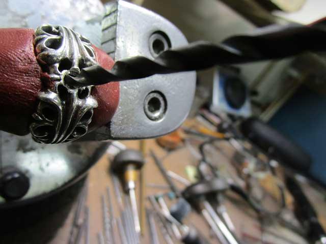 ダイヤと同じ直径のドリルで、石合わせをします