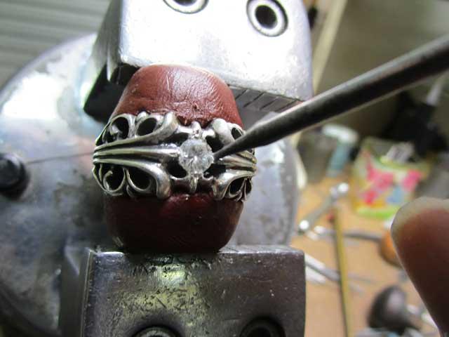 ダイヤを乗せて、ナナコタガネで爪を丸めます