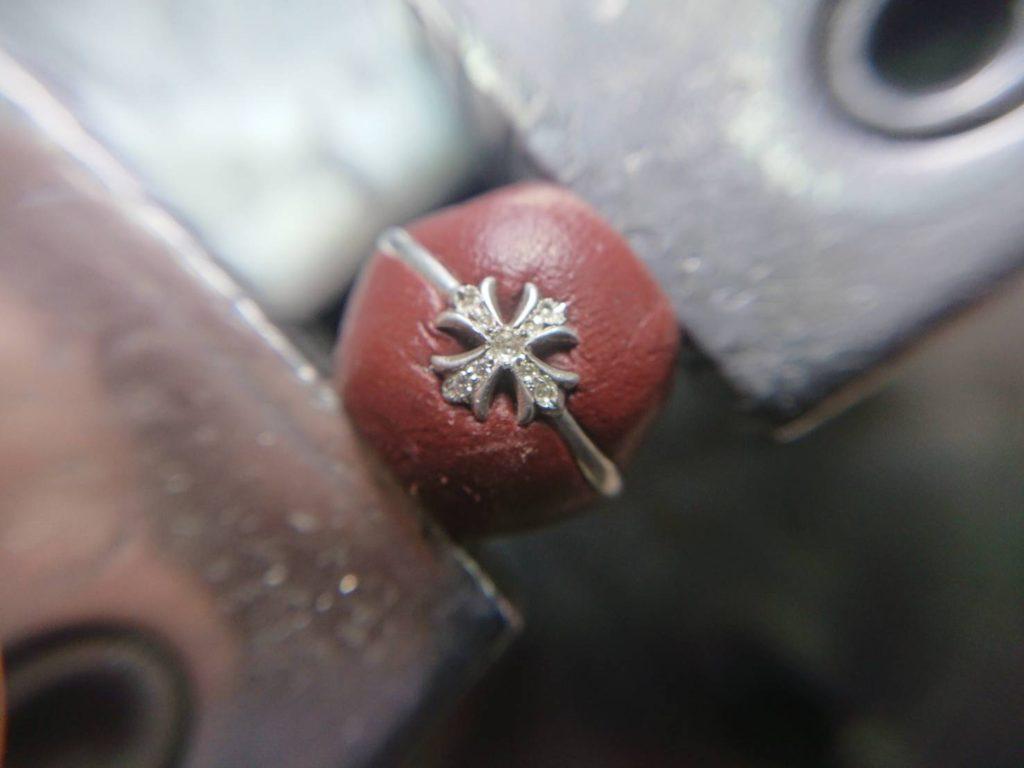 ダイヤを石留めします