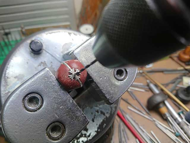ドリルで削って、石合わせをします