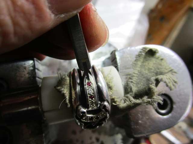 毛彫りタガネで爪を彫り起こします。