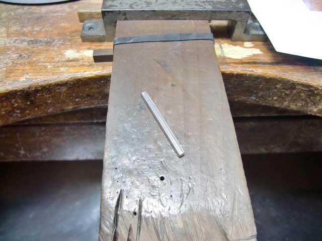 シルバーの棒を曲げてパーツを作ります。