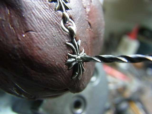 ダイヤと同じ直径のドリルで削ります。
