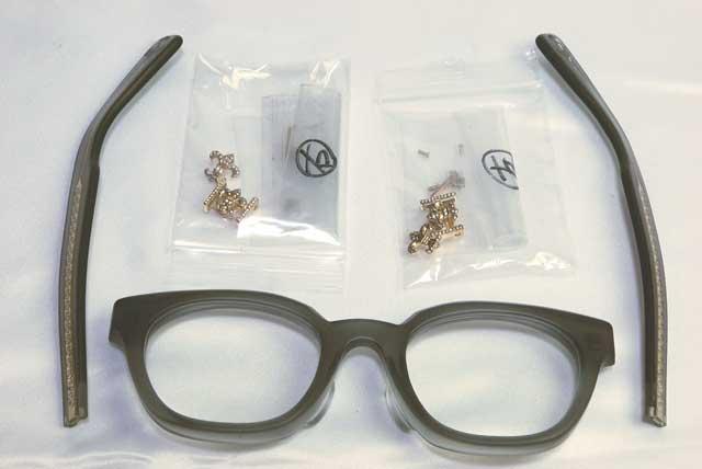 石留完了したパーツをメガネに取り付けます。