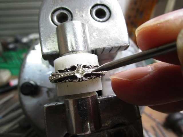 ダイヤを乗せてナナコタガネで固定します