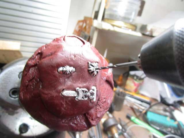 ダイヤと同じ直径のドリルで石合わせをします