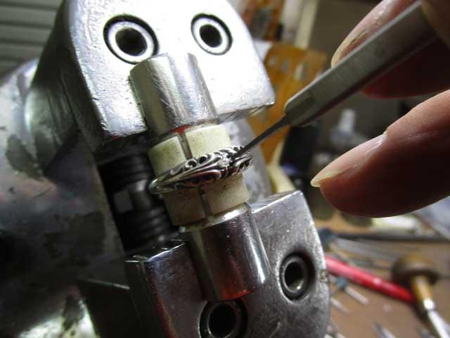 タガネで爪を彫り起こします