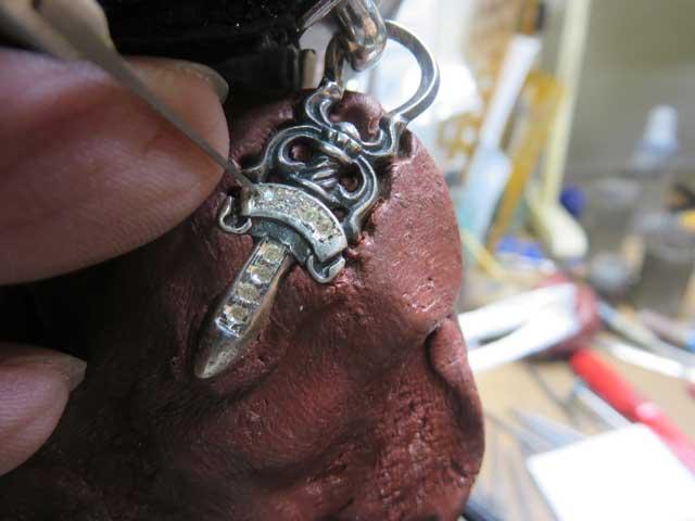 タガネで彫ってダイヤを固定します