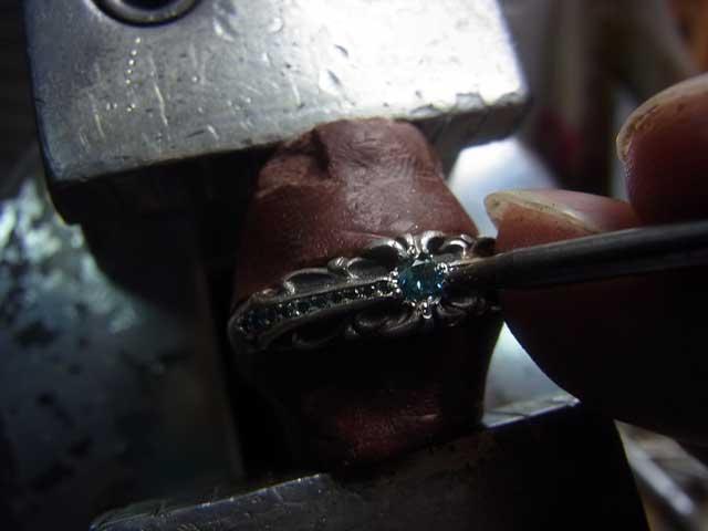 ナナコタガネでセンターダイヤを固定して完成です
