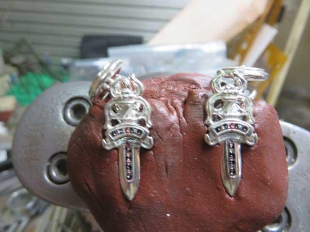 彫刻台に固定して油性マジックでダイヤの位置にマークします
