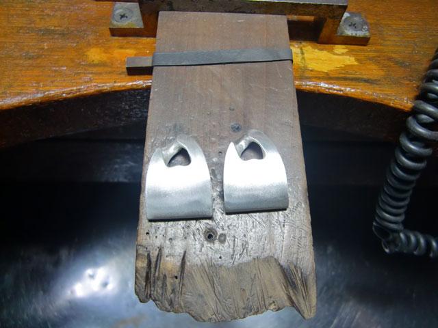 シルバーでジョイント部分のパーツを自作しました。ヤスリで表面を整えたところです。