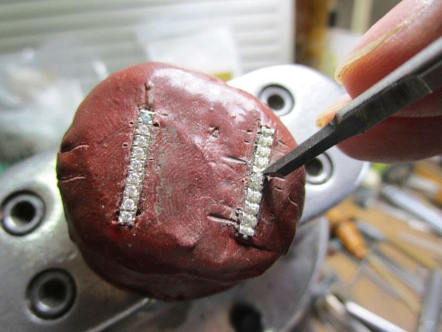 タガネで爪を彫り起こします。